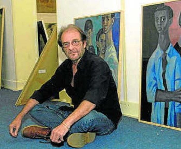 Luis Eduardo Aute ante algunos de sus cuadros