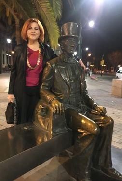 María Viedma junto a la estatua de Hans Christian Andersen