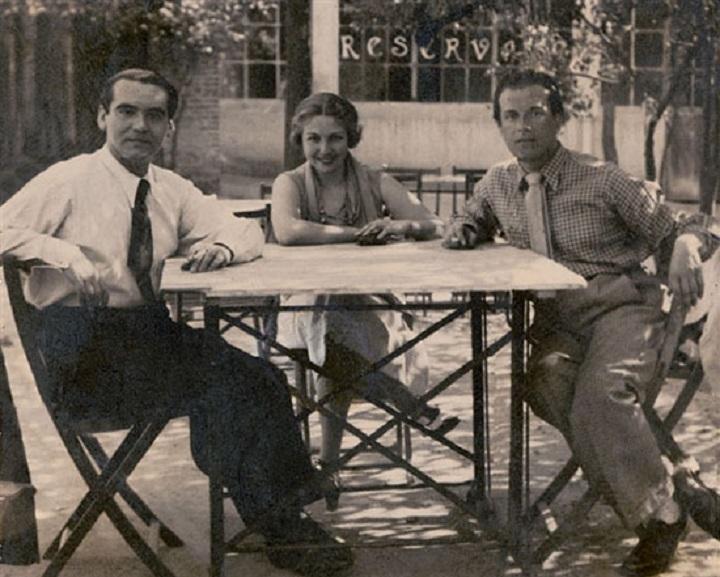 Rafael Alberti con María Teresa León y Federico García Lorca en un merendero de Cuatro Caminos