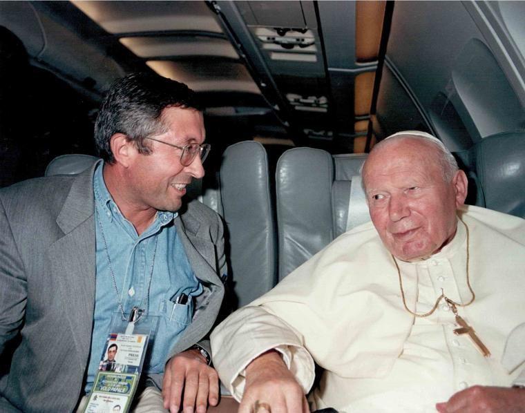 Con Juan Pablo II en el vuelo Yerevan-Roma