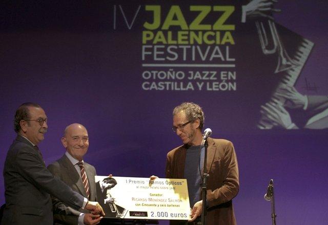 Ricardo Menéndez Salmón recibe el I Premio Internacional \'Ramos Ópticos\' de relatos sobre jazz en la sesión inaugural del IV Jazz Palencia Festival