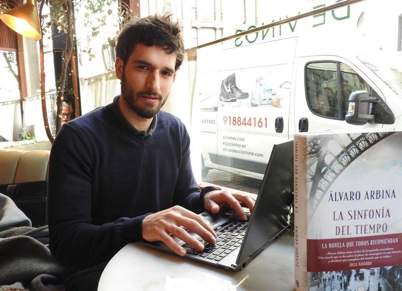 """Entrevista a Álvaro Arbina: """"Un escritor tiene que retratar la parte oscura de la historia, la que no se cuenta"""""""