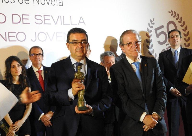 Francisco Robles gana el L Premio de Novela Ateneo de Sevilla con \