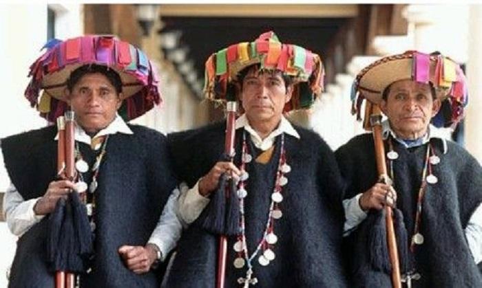 Indios tzotziles con traje de fiesta