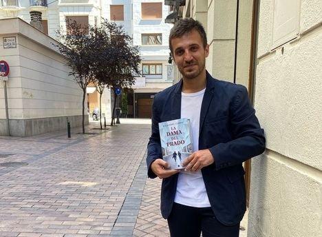 """Entrevista a Alejandro Corral: """"En las novelas policiacas siempre encontramos a personajes brillantes, yo hago todo lo contrario"""""""