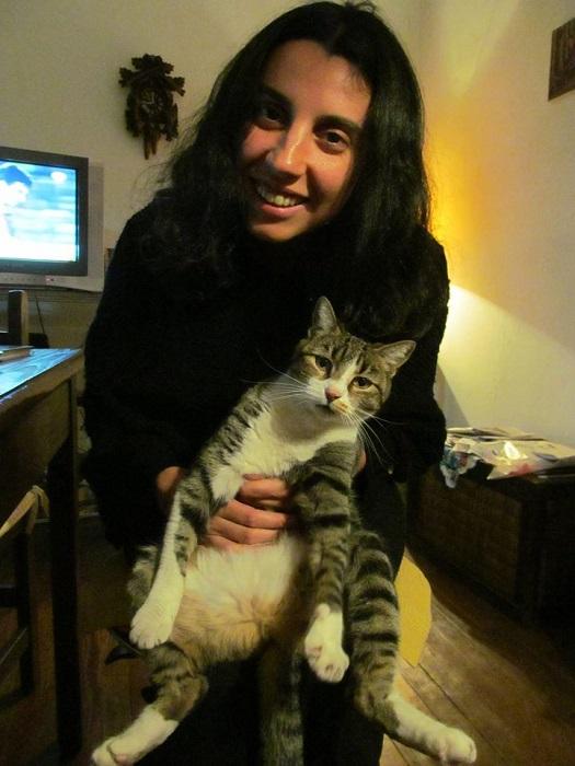 Alicia Salinas y su querida gata Janis