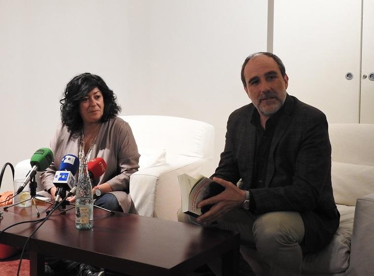 Almudena Grandes y su editor Juan Cerezo