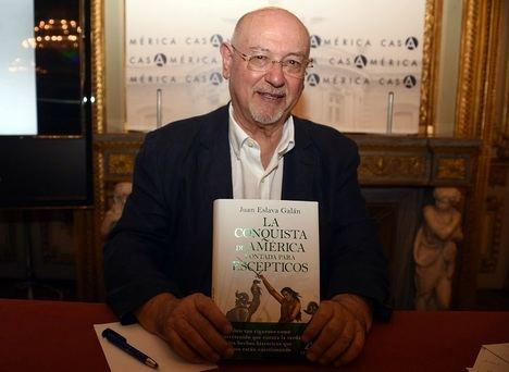Juan Eslava Galán presenta su nuevo libro sobre la conquista de América junto con Pérez Reverte