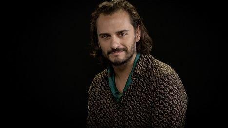 """Asier Etxeandia interpreta el poema """"Distinto"""" de Juan Ramón Jiménez en un nuevo vídeo de """"Amamos la poesía"""""""