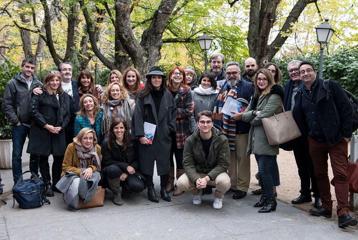 Cristina López Barrio con los asistentes a la presentación