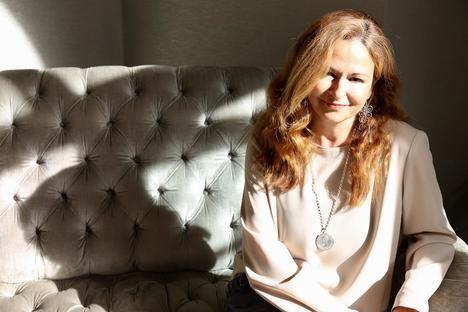 """Carmela Díaz: """"Cuando escribes en tercera persona el escritor tiene que identificarse con una especie de ente superior que está por encima de las circunstancias"""""""