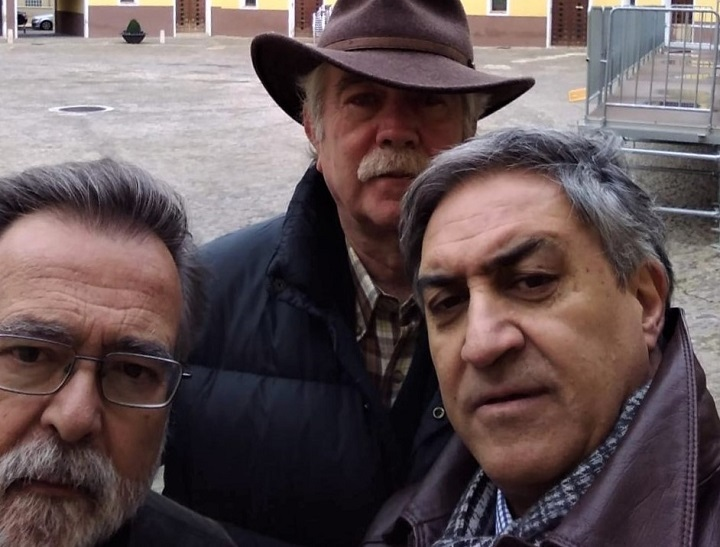 José Calvo Poyato, Antonio Pérez Henares y José Luis Corral en la plaza de Tarazona