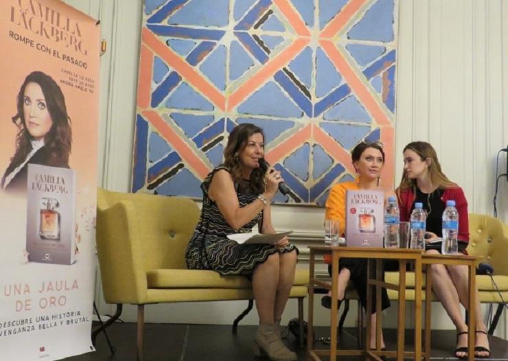 La editora de Maeva, Mayte Cuadros; Camilla Läckberg, autora de la novela presentada y Aitona Mendioroz, traductora e intérprete