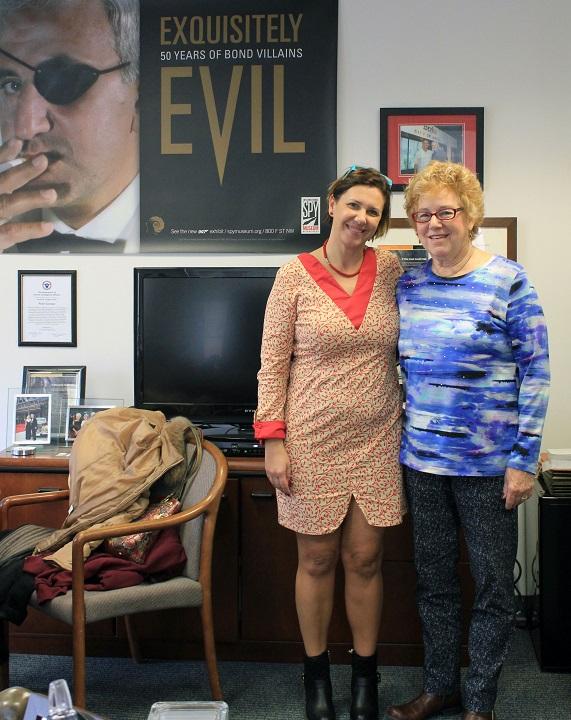 Alejandra Suárez Barcala y la ex espía de la CIA Martha Peterson