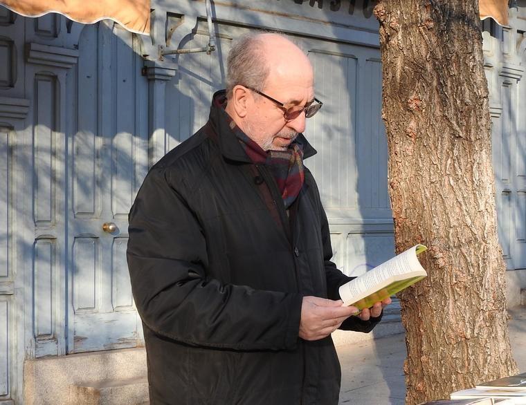 Ricardo Martínez-Conde, al calor de la lectura, en Cuesta Moyano