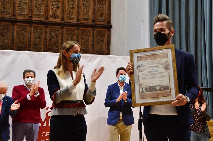 Entrega del premio Novela Histórica Ciudad de Úbeda a Rodrigo Costoya de manos de Elena Rodríguez