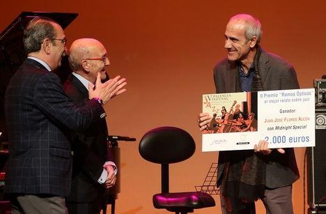 El escritor Juan José Flores recibe el II Premio 'Ramos Ópticos' al mejor relato sobre jazz