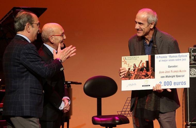 Guillermo Ramos y Carmelo Ramos, felicitan a Juan José Flores en el Teatro Principal de Palencia, tras hacerle entrega del II Premio Internacional 'Ramos Ópticos' al mejor relato sobre jazz.