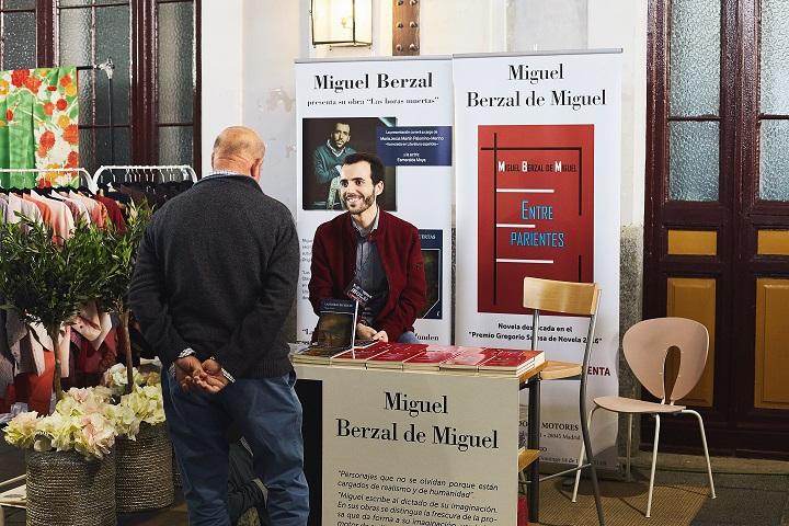 Miguel Berzal de Miguel  firmando ejemplares en