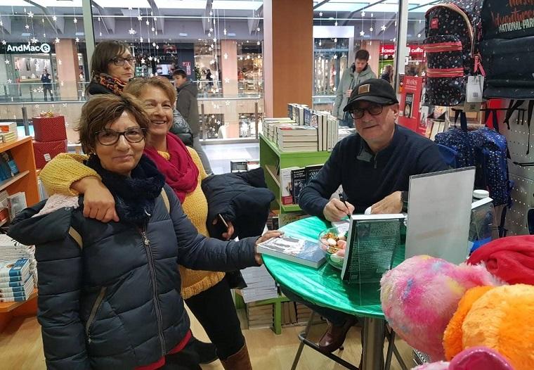 Joaquín Abad firmando libros en la FNAC de Andorra