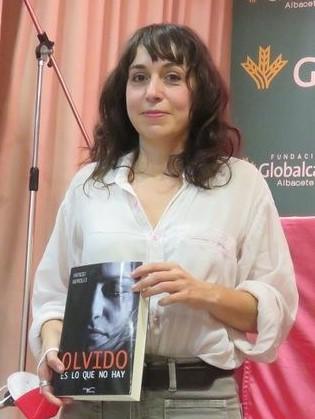 Julia Sabina con su regalo recuerdo del acto celebrado