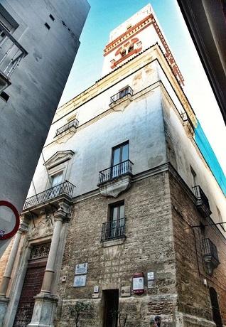 La Torre Tavira se sitúa en un lugar privilegiado, justo en el centro del casco antiguo de la ciudad, en la esquina de la calle Marqués del Real Tesoro con la calle Sacramento