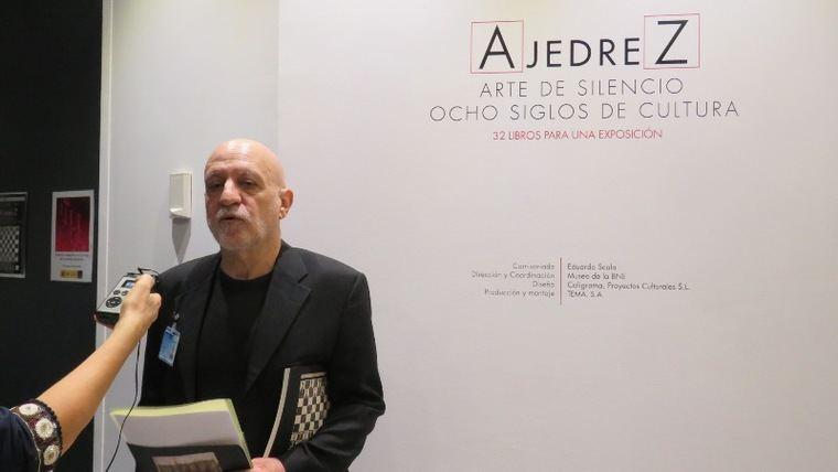El comisario de la exposición, Eduardo Scala