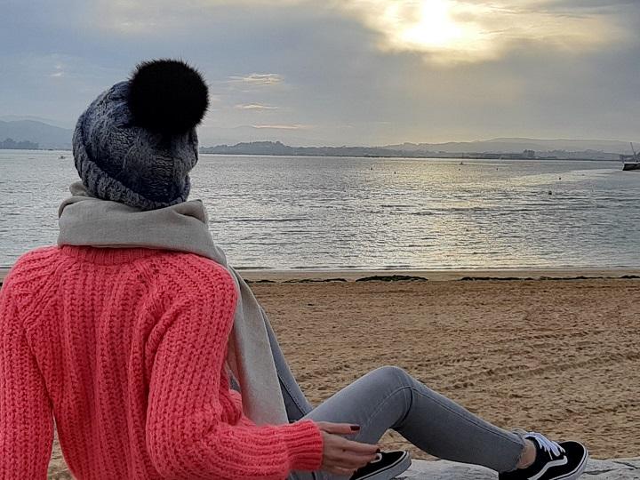 Greta Alonso frente al mar Cantábrico