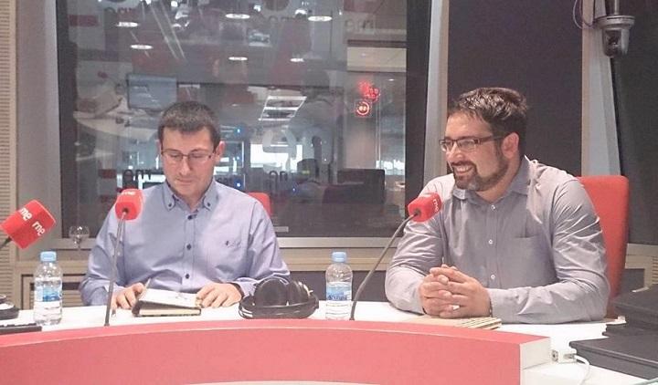 Gregorio Muelas y José Antonio Olmedo hablando de su libro de haiku 'La soledad encendida' en Radio Nacional de España