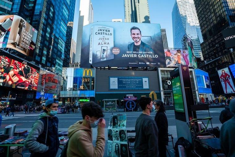 Javier Castillo en Time Square