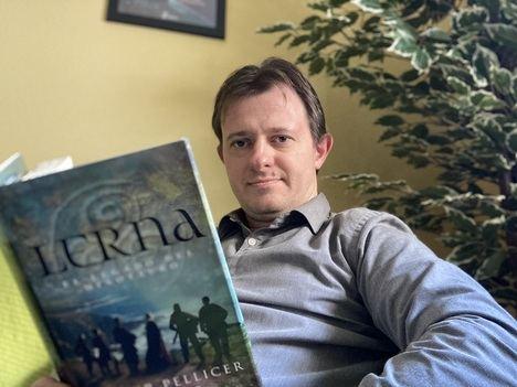 """Entrevista a Javier Pellicer: """"El trabajo del escritor es algo que surge mediante impulsos creativos y pura reflexión"""""""