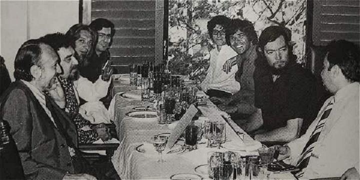 Juan García Hortelano con Julio Cortázar, Salvador Clotas, Félix de Azúa, Mario Vargas Llosa, Carlos Barral, Gabriel García Márquez y José María Castell
