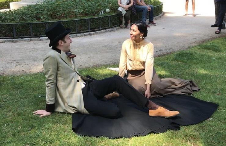 Pedro Espejo y Cristina Sanchón interpretando un fragmento de 'La desheredada' en El Retiro.