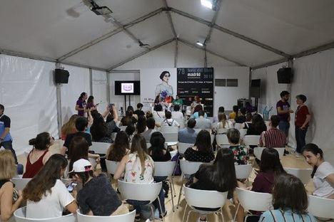 Afluencia masiva en el primer sábado de la Feria del Libro de Madrid