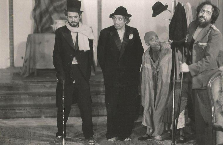 """Nuevo Teatro Los Comediantes, Holanda, circa 1988, de izquierda a derecha Antonio Reynaldos, Jaap Remerswal, Priscilla Gac-Artigas, Gustavo Gac-Artigas en """"La orgía"""" de Enrique Buenaventura."""