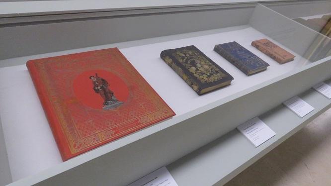 Las encuadernaciones artísticas de la Academia revisten a numerosos volúmenes que forman parte del patrimonio bibliográfico y documental de la corporació