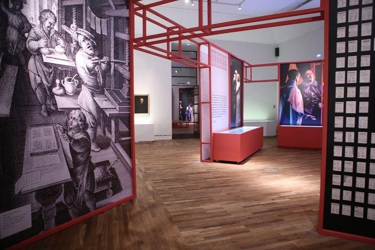 La exposición se articula sobre una base cronológica en cuatro secciones