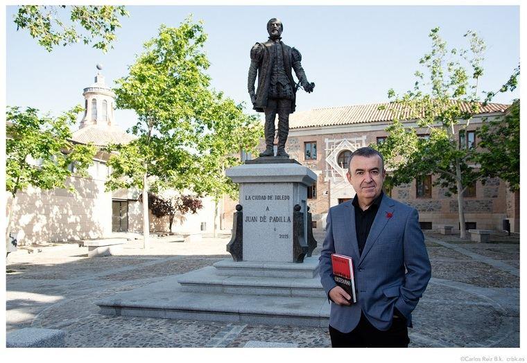 Lorenzo Silva ante la estatua de Juan de Padilla