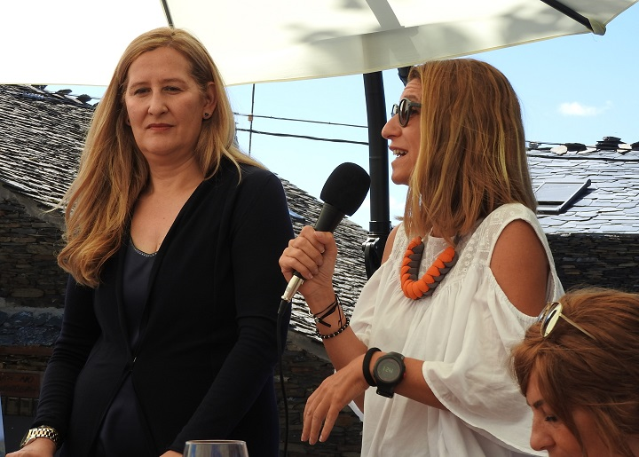 Luz Gabás y la editora Raquel Gisbert