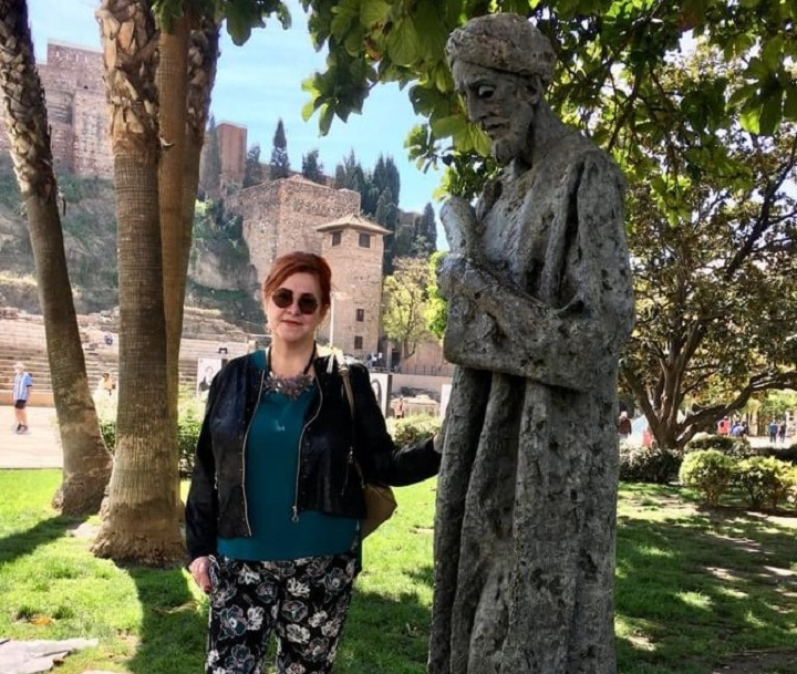 La autora del artículo junto a la estatua de Ibn Gabirol en Málaga