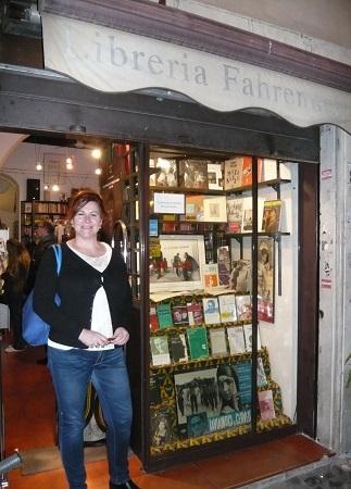 La autora del artículo ante la entrada de la librería romana Farenheit 451