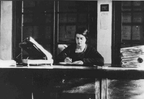 María Moliner en su despacho