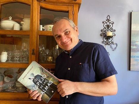 """Entrevista a Mario Escobar: """"La literatura debe ir en función de la historia"""""""