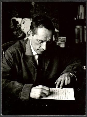 Miguel Delibes escribiendo