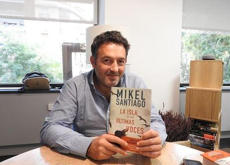 """Mikel Santiago: """"Un escritor debe desafiarse a sí mismo"""""""