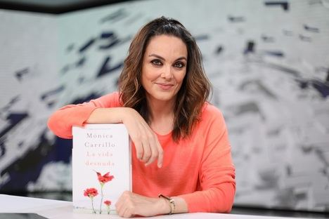 Mónica Carrillo, presenta su nueva novela 'La vida desnuda'