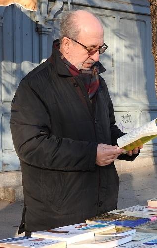 El escritor Ricardo Martínez en la Cuesta de Moyano