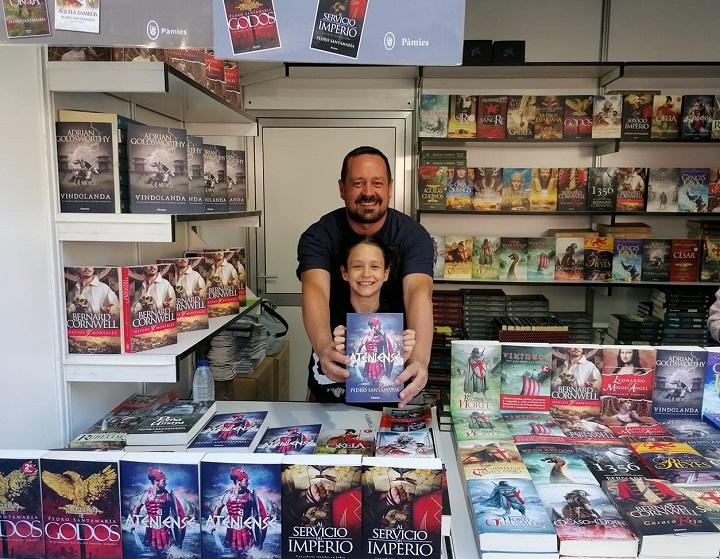 Pedro Santamaría con su hija en la Feria del Libro de Madrid