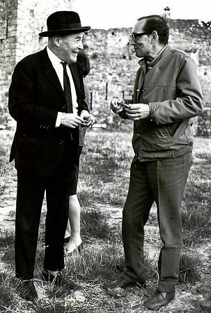 Josep Pla y Miguel Delibes liando un pitillo