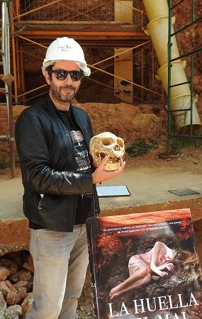 Manuel Ríos San Martín en plan Hamlet con el craneo de Miguelón